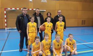 l'équipe U13  avec leur coach et sponsor